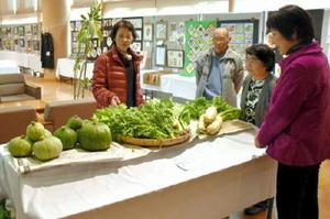 工芸、手芸品から野菜まで多彩な作品が並ぶゆめさが大学唐津校の学校祭=唐津市高齢者ふれあい会館りふれ