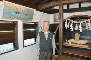 鯨見張り所・山見小屋の内部に立つ松浦漬本舗の山下善督社長=唐津市呼子町