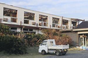 台風15号で損壊した千葉県内の宿泊施設=10月31日