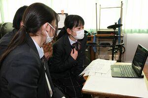 オンライン交流会で相手に韓国語で質問する生徒たち=大町町の白石高校商業科キャンパス