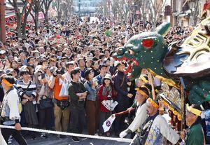 3番曳山「亀と浦島太郎」を見上げる観客=唐津市刀町