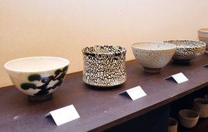 表面が蛇柄のような作品(中央)など約300点が並ぶ=佐賀市の高伝寺前村岡屋ギャラリー