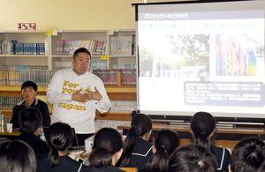 福島ひまわり里親プロジェクトを語るチームふくしまの半田真仁理事長=唐津市の西唐津中