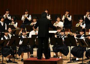 演奏する佐賀北高の生徒たち=佐賀市の佐賀市文化会館