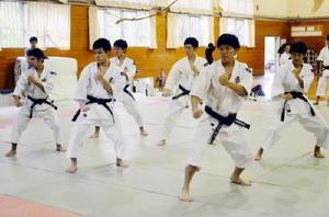 少林寺拳法の男子団体演武で決勝進出を目指す武雄=武雄市の同校