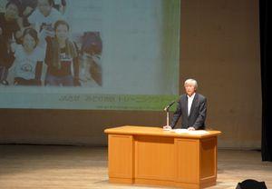トレーニングファームの取り組みについて講演する西田昭義さん=鹿島市民会館