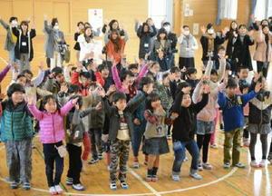 歌に合わせて元気に踊る子どもたち=佐賀市の新栄小
