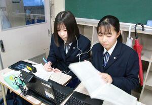 オンライン国際交流で意見交換する平河小桃さん(左)と松尾千春さん=唐津市の唐津西高校