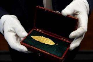 金の月桂葉8千万円で落札