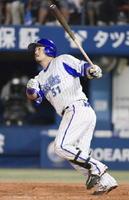 9回DeNA無死、宮﨑が3者連続となる本塁打を左越えに放ちサヨナラとなる=横浜