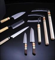 出展する田中鎌工業(長崎県大村市)が手掛けた伝統工芸「松原刃物」の包丁や鎌