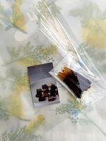 オランジェット5本入り(650円)。優しい酸味のオレンジピールに、マダガスカル産のカカオ64%のビターチョコがマッチします。