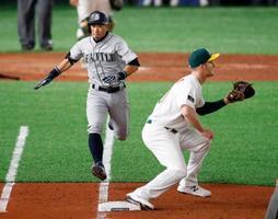 アスレチックス戦の8回、遊撃にゴロを放ち一塁に駆け込むマリナーズのイチロー。惜しくもアウトとなった=東京ドーム