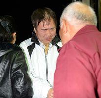 支援者からねぎらいの言葉をかけられ、無念そうな表情を浮かべる田川浩さん=3日午後9時10分ごろ、藤津郡太良町大浦の事務所
