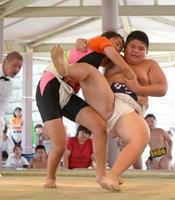 個人6年生の部決勝 青木道場の吉田ももか(左)が切り返しで優勝を決める=唐津市体育の森公園相撲場