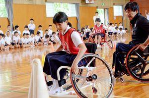 車いすレースに挑戦した児童たち。「曲がるのが難しい」と苦戦していた=鹿島市の北鹿島小学校