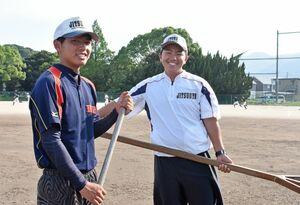 マネジャーとしてチームを支えてきた山口達也君(左)と市丸虎之介君=伊万里実業高