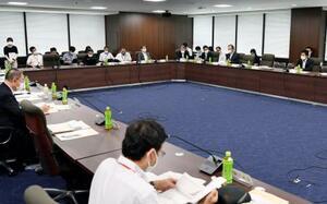 厚労省で開かれた新型コロナウイルス対策を助言する専門家組織の会合=16日午前