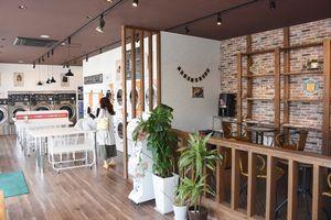 無料でコーヒーが楽しめるカフェスペース(右)を設けた「明治屋クリーニング&コインランドリー開成店」=佐賀市