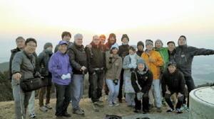 基山の山頂で日の出を楽しんだ参加者たち=基山町の基山