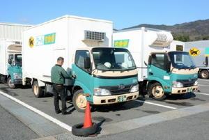 近場の配送に利用されている7.5㌧未満の小型トラック。「準中型免許」の新設で18歳から運転ができるようになる=佐賀市内