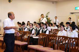 第2分科会で吉木さんの話を聞く生徒たち=佐賀市のマリトピア