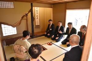 移築復元された旧大島邸の茶室でお茶を楽しむ峰達郎市長(奥)ら=唐津市南城内