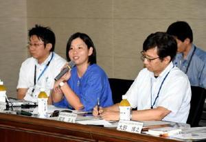 会議で外国人住民への生活支援について説明する新居みどりさん(中央)=佐賀県庁