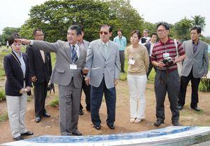 名護屋城跡を見学する元韓国大統領・盧泰愚氏(中央)=平成16年5月21日