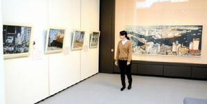 会場には、日本国内を旅して描いた大小さまざまな風景画13点を展示している=唐津市近代図書館