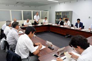運動部方針の高校への適用について議論した関係者会議=県庁