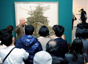 ユーモアを交えたギャラリートークで作品を解説する金子剛さん=佐賀市城内の県立美術館