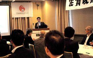 日本経済の展望を語る永濱氏=佐賀市のホテルニューオータニ佐賀