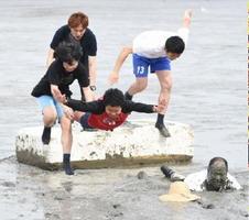 ことし一番に干潟に入る〝潟入り初め〟で豪快に飛び込む兵庫県の網干中学校の生徒ら