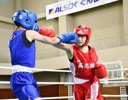 ボクシングの女子ピン級で初優勝した高志館の貞松優華(右)=群馬県のALSOKぐんま総合スポーツセンター