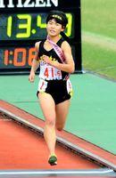 懸命に走ってゴールする清和の渡辺夕奈=京都市の西京極陸上競技場