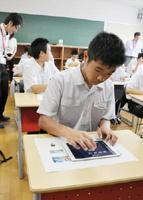 プレゼン資料を作成する生徒=佐賀市の龍谷高校