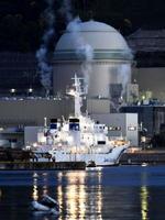 関西電力高浜原発4号機。手前は停泊する海上保安庁の巡視船=16日夕、福井県高浜町