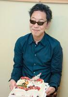 直木賞受賞が決まり、お祝いのケーキを手にする馳星周さん=15日午後、北海道浦河町