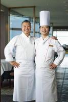 宮崎市の大型リゾート施設内のホテルにオープンしたレストラン「リストランテ・アルコ」を監修するシェフの落合務氏(左)