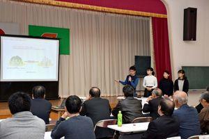 「ひふみ通り」の町おこしについて発表する学生=江北町公民館