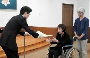 藤原俊之部長(左)から表彰状を受け取る元民生委員・児童委員=佐賀県庁