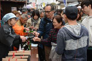 さまざまな種類の地酒を飲み比べて楽しむ参来場者=鹿島市浜町の酒蔵通り