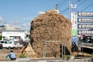 棚田や稲作文化を地域交流に生かそうと開かれた「棚田とっこ積みフェスティバル」。目印のため、旧西有田町役場前には巨大とっこ積みが作られた=2001(平成13)年10月23日