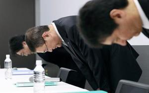新車の燃費などの検査データ改ざんについて謝罪するスバルの吉永泰之社長(中央)ら=27日午後、東京都渋谷区の本社