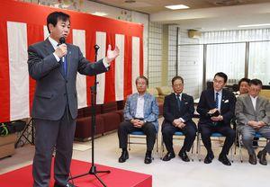 事務所開きで支持者に決意を語る原口一博氏(左)=佐賀市神野東