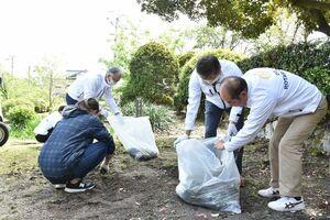 清掃の奉仕活動に励んだ小城ロータリークラブの会員たち=小城市の小城公園