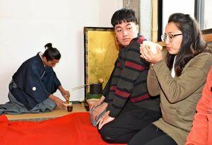 留学生がたてた抹茶をいただく留学生=鳥栖市の日本語学校「弘堂国際学園」