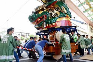 台車を新調した12番曳山「珠取獅子」。地元商店街でのお披露目=唐津市京町