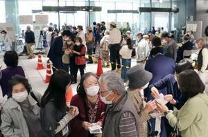 新型コロナウイルスワクチンの高齢者向け接種の予約で、混乱した高知市役所の特設会場=23日午前